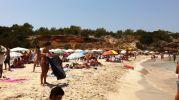Muchos turistas en Cala Saona