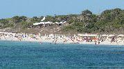 Vista desde el mar con uno de los restaurantes en la zona de dunas