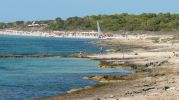 Imagen lateral de la playa y zonas rocosas de baño