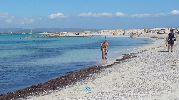 Bañistas en el agua azul