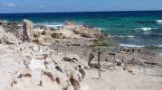Restos de antiguas rampas de varaderos en la platja d'es Carnatge