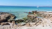 Turistas haciendose fotos en playa Es Copinyar Formentera