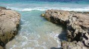 Pequeña zona de baño entre las rocas en playa de ses canyes