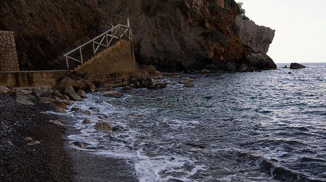 acceso a la playa al atardecer