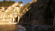 muros y columnas de piedra de la playa