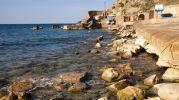 muchas rocas en el agua