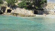 viejas entradas en las rocas de la playa