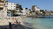 pequeña playa bastante abarrotada de personas