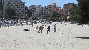 ocho personas jugando a volley playa