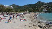 enorme playa muy concurrida y turística