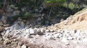 Zona de baño de la Cova d'es Vellmarí de arena y rocas
