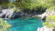 Aguas azules cristalinas en la Cova d'es Vellmarí