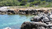 playa con muchas rocas grandes