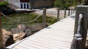 acceso a la playa por camino de madera