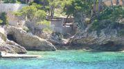 preciosa playa muy pequeña y rocosa con una cueva en el lado este