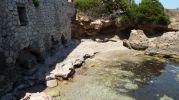 cavidad debajo de un roca a modo de cueva
