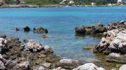 agua color turquesa en zonas poco profundas