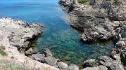 agua muy clara y con muchas rocas en el fondo