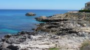 playa muy rocosa casi sin arena