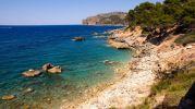 pequeña playa con agua color azul intenso