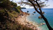 playa con muchas rocas y sin arena