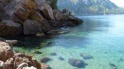 Aguas cristalinas y fondo arenoso en Sa Foradada