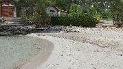 playa casi sin piedras en la arena