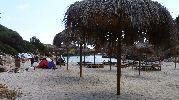 grandes sombrillas en la arena