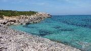 preciosa playa muy rocosa y sin arena