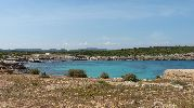 playa úncamente rodeada por vegetación típica de la zona