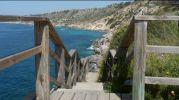 escalera de madera para llegar a la playa