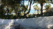 banco en el camino hacia la playa