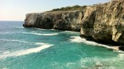 no tiene orilla, solo rocas que sobresalen del mar