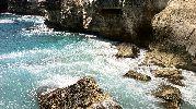olas que chocan contra las rocas