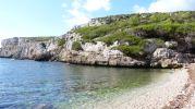 playa rocosa y escarpada