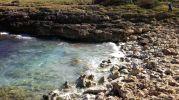 el agua del mar entrando entre las rocas de la orilla