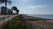 bonitas vistas a las doce de la mañana del paseo marítimo