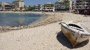 bote abandonado en la arena
