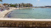 playa rodeada por hoteles y apartamentos