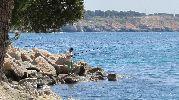 hombre pescando en las rocas