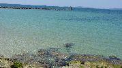 aguas poco profundas y faro de la playa
