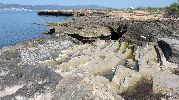 rocas a modo de escalones para llegar al agua