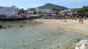aguas calmadas y poca gente en la playa