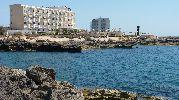 destacan dos grandes hoteles muy cerca de la playa