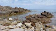 Agua tranquila y rocas rojizas