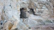 Dos cuevas, una de ellas con la entrada cerrada