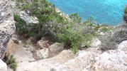 Escaleras esculpidas en roca durante la bajada a Cala Codolar