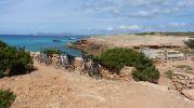 Bicicletas apoyadas en la pared seca de Caló d'en Trull