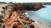 Zona de baño nudista donde está la arcilla roja en Caló d'en Trull