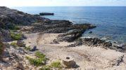 Playa de Es Ram con algo parecido a un pozo  en Formentera